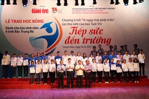 Lãnh đạo tỉnh Thanh Hóa và Báo Tuổi Trẻ trao tặng học bổng cho các em tân sinh viên