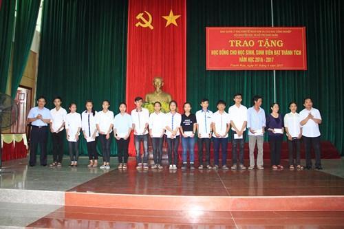 Trao học bổng cho các học sinh, sinh viên huyện Tĩnh Gia (Thanh Hóa) có thành tích xuất sắc trong năm học 2016-2017. Ảnh: Nguyễn Quỳnh