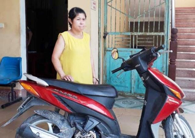 Đối tượng Nguyễn Thị Yên cùng chiếc xe máy trộm cắp được tại cơ quan Công an