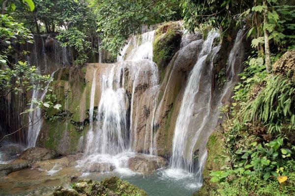 Những dòng thác nước đổ từ trên cao xuống tạo bọt tung trắng xóa. (Nguồn: foody.vn)