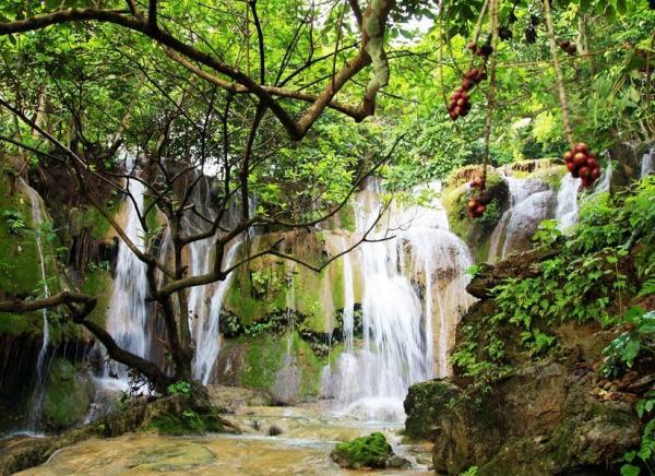 Ngọn thác hùng vĩ giữa màu xanh núi rừng. (Nguồn: Đăng Định)