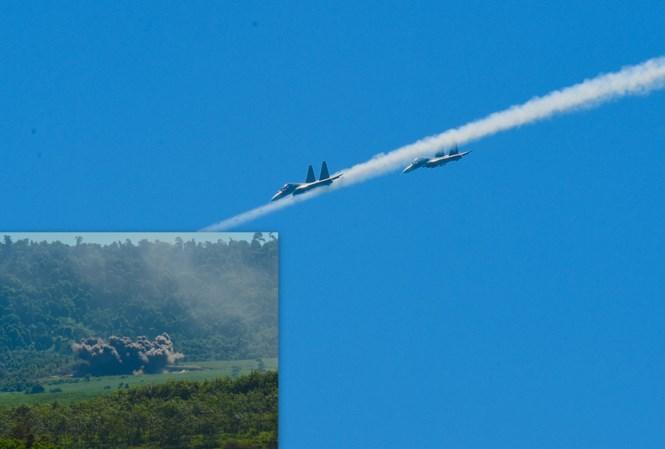 """Hai chiếc tiêm cường kích đa năng SU-30MK2 được mệnh danh """"Hổ mang chúa"""" bổ nhào phóng rocket vào mục tiêu"""