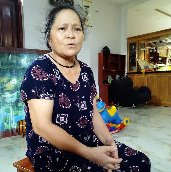 Bà Thanh ngấn lệ khi nhắc đến người con bị thất lạc.
