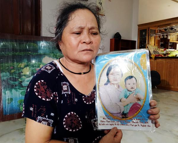 Bà Thanh bên bức ảnh và thông tin về người con gái của mình.