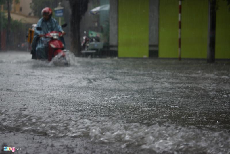 Cơn mưa lớn kéo dài nhiều giờ đồng hồ khiến nhiều tuyến đường ngập nặng, phương tiện đi lại khó khăn.