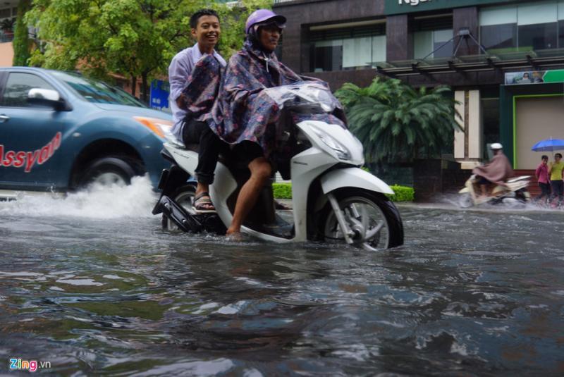 Trước cổng Công an phường Điện Biên, nước ngập sâu đến gần nửa bánh xe.