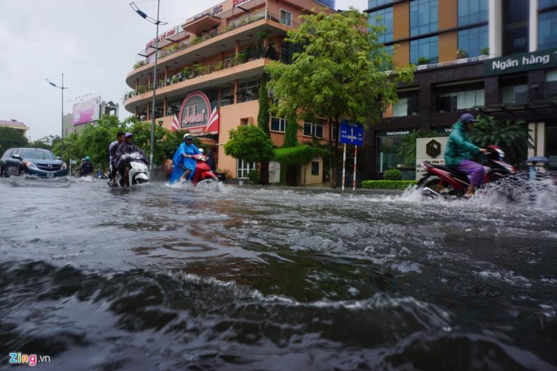 Tình trạng ngập cục bộ xảy ra tại các tuyến đường Phan Chu Trinh, Tô Vĩnh Diện, Triệu Quốc Đạt, Nguyễn Trường Tộ, Trường Thi...