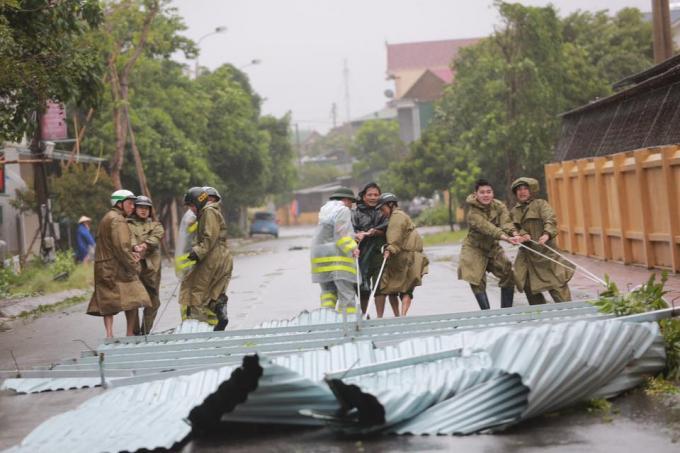 Lực lượng chức năng đang thu gom hậu quả sau bão.
