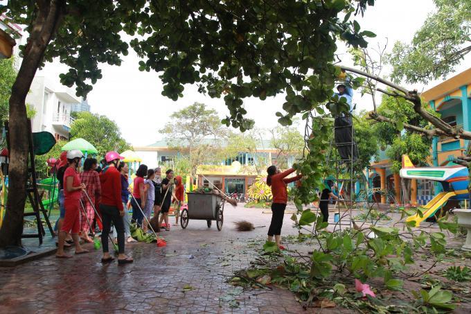 Nhiều thầy cô giáo tập trung khắc phục để chuẩn bị tốt công tác đến trường của học sinh. Ảnh chụp tại trường Mầm non 1 - TP Hà Tĩnh.