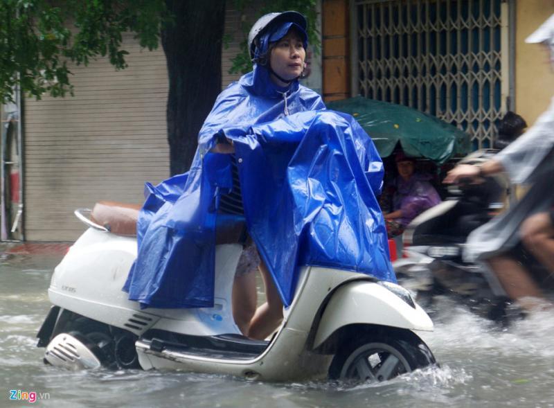 Nhiều phương tiện chết máy, người tham gia giao thông phải dắt bộ. Tình trạng chết máy cũng diễn ra tương tự tại đường Nguyễn Trường Tộ. Đây là đoạn đường thường xuyên xảy ra ngập nặng sau mưa.