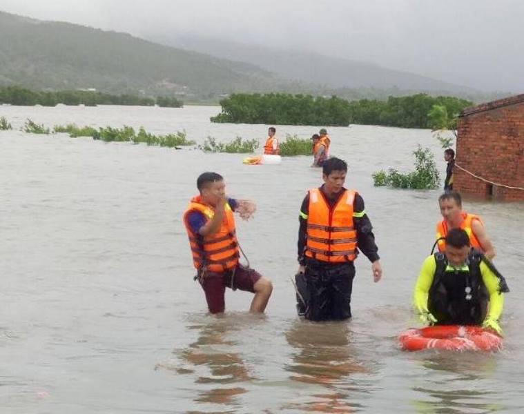Lực lượng cứu hộ, cứu nạn tìm kiếm nạn nhân bị nước cuốn trôi