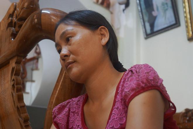 Chị Gấm ngồi bần thần kể lại sự việc mất liên lạc với em trai là thuyền trưởng Tuy. Ảnh: Nguyễn Dương.