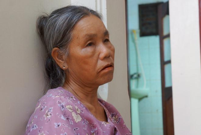 Bà Xuân lo lắng ngồi ngóng tin người con trai mất liên lạc. Ảnh: Nguyễn Dương