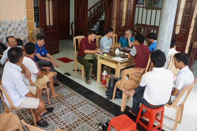 Người thân, bà con lối xóm tập trung ngóng chờ tin tức 10 ngư dân. Ảnh: Nguyễn Dương.