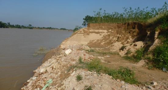 Bờ sông bị sạt lở nghiêm trọng do việc hút cát