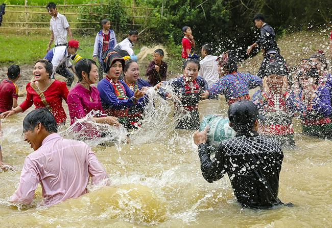 Tết té nước của người Lào ở Điện Biên. (Ảnh: TN & MT)