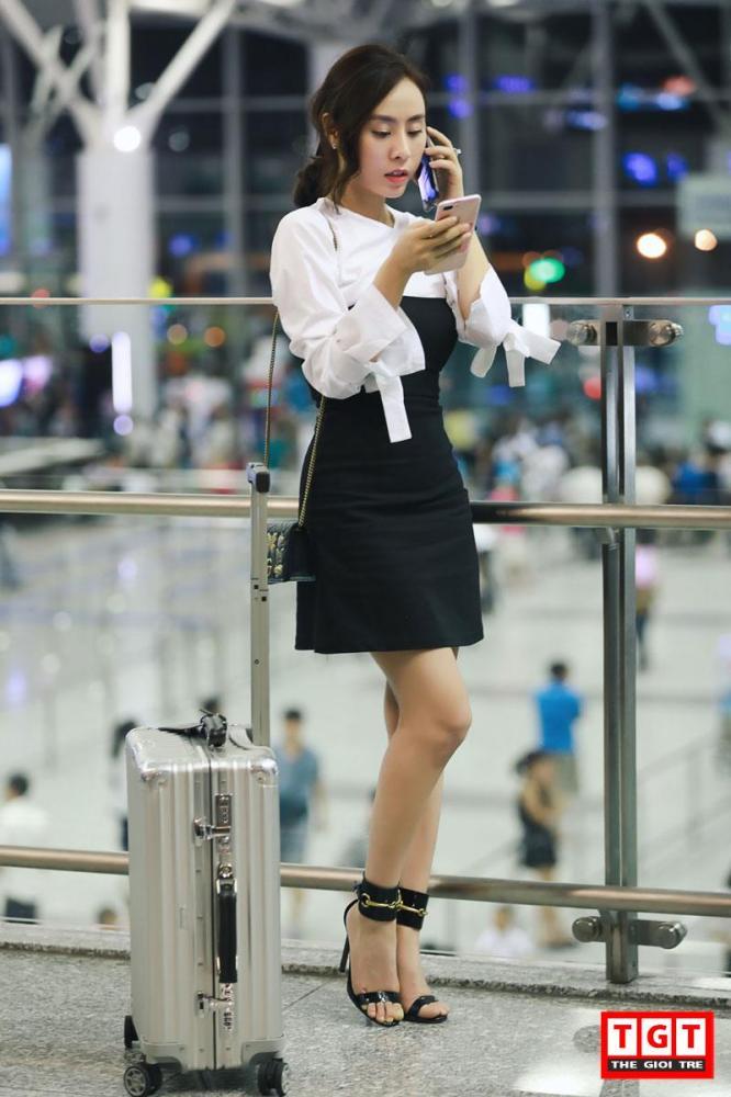 Tại sân bay Nội Bài, Á hậu xuất hiện với vẻ ngoài giản dị nhưng đầy quyến rũ. Trước khi lên máy bay, điện thoại của Á hậu vẫn liên tục đổ chuông bởi những công việc dày đặc cần giải quyết.