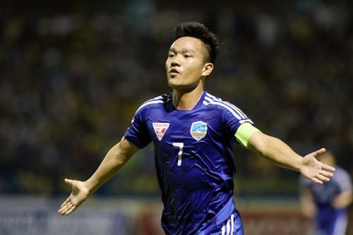 Tiền vệ Đinh Thanh Trung giúp Quảng Nam chiếm ngôi đầu.