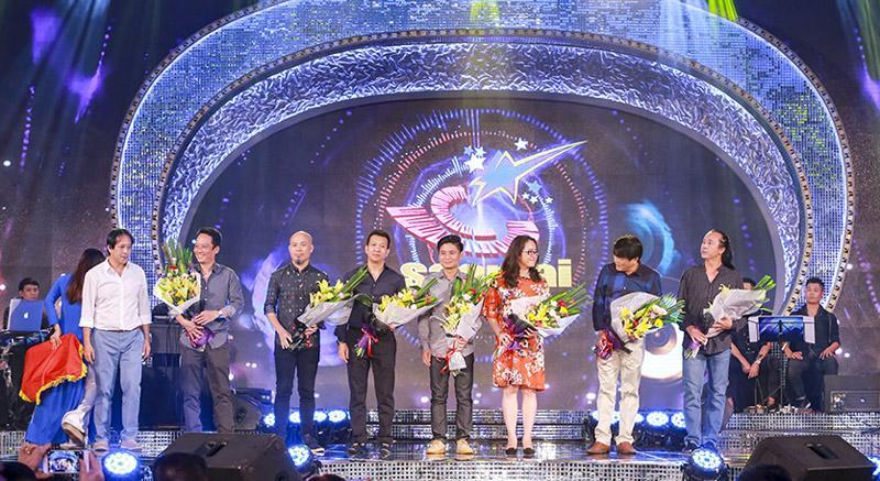 Các giám khảo nhận hoa của BTC.