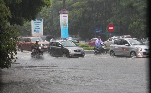 Tuyến đường Triệu Quốc Đạt thành sông sau cơn mưa lớn