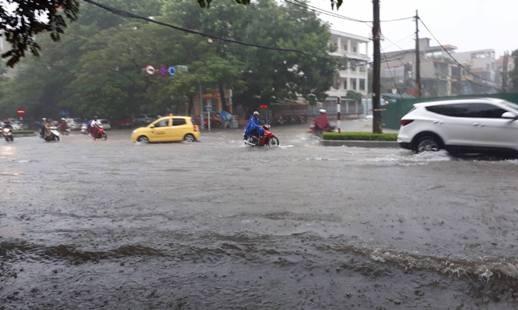Đường Trần Phú bị ngập sâu trong nước