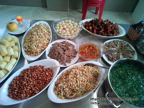 Canh ngao mùng tơi, cà muối, Thịt ba chỉ chiên lá mắc mật, Nạm bò luộc, Lạc rang, Nộm tai hoa chuối