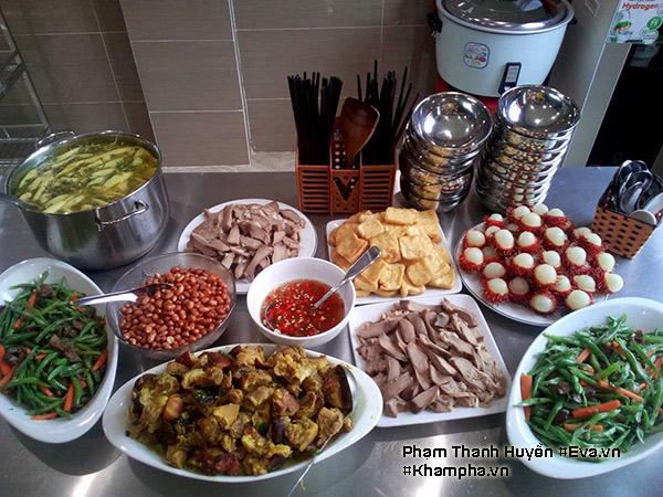 Thực đơn mâm cơm văn phòng này gồm có: lưỡi luộc, chân giò nấu giả cầy, quả đậu xào lòng gà, canh cá quả nấu dọc mùng, đậu phụ rán, lạc rang, tráng miệng chôm chôm.