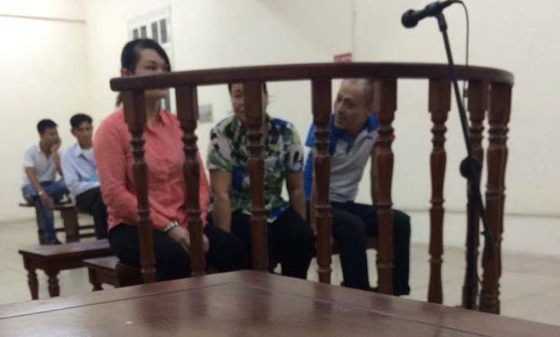 Trong ảnh bị cáo mặc áo hồng, phía sau là người cha già tội nghiệp từ Thanh Hóa bắt xe đò lên Hà Nội gặp con tại toà.