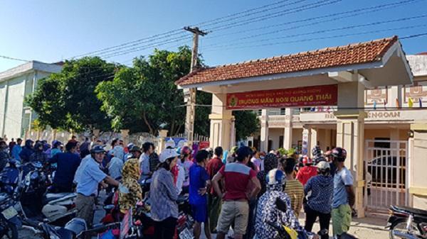 Phụ huynh tập trung đến cổng trường la hét phản đối lạm thu ở Trường mầm non Quảng Thái. Ảnh: Lê Hoàng. (Theo Vnexpress.net)