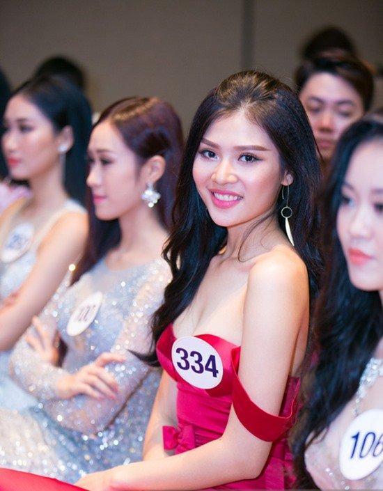 Chúng Huyền Thanh - học trò HLV Hồ Ngọc Hà gợi cảm trong chiếc váy màu đỏ lệch vai.