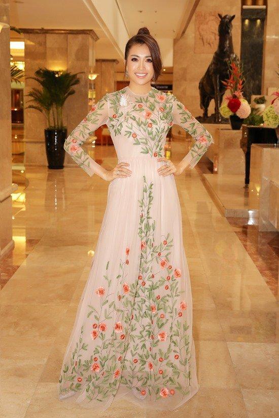 Á hậu Lệ Hằng duyên dáng trong chiếc đầm voan công chúa, họa tiết nổi bật. Với kinh nghiệm của mình, cô sẽ biết một đại diện Việt Nam cần trang bị những gì khi ra đấu trường sắc đẹp quốc tế, đồng thời đó là nguồn động viên để tiếp thêm tinh thần cho các ứng viên tương lai của Hoa hậu Hoàn vũ Việt Nam.