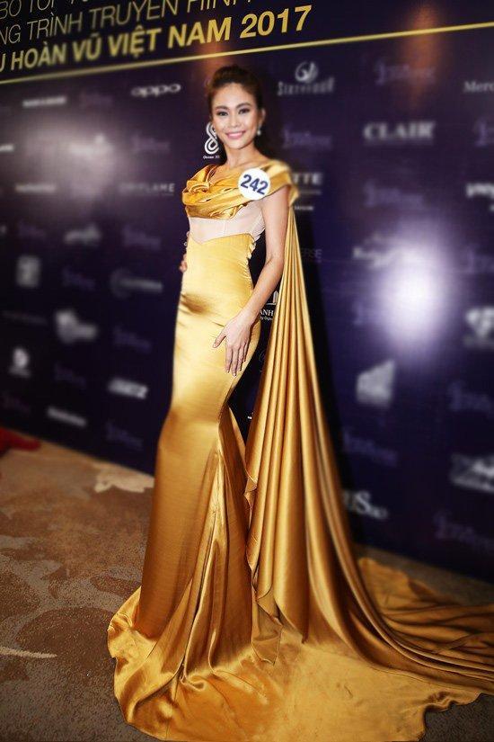 Mâu Thủy sexy trong bộ váy xẻ đùi màu vàng cùng phần tay áo cách điệu quét đất. Lối make-up trong suốt giúp cô thật sự tỏa sáng lấn át thí sinh tại buổi họp báo HHHV VN 2017.