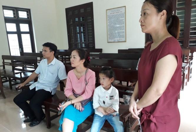 Cháu Vũ Phương Anh và người thân ở lần triệu tập tại TAND tỉnh. Ảnh: Hoàng Lam.