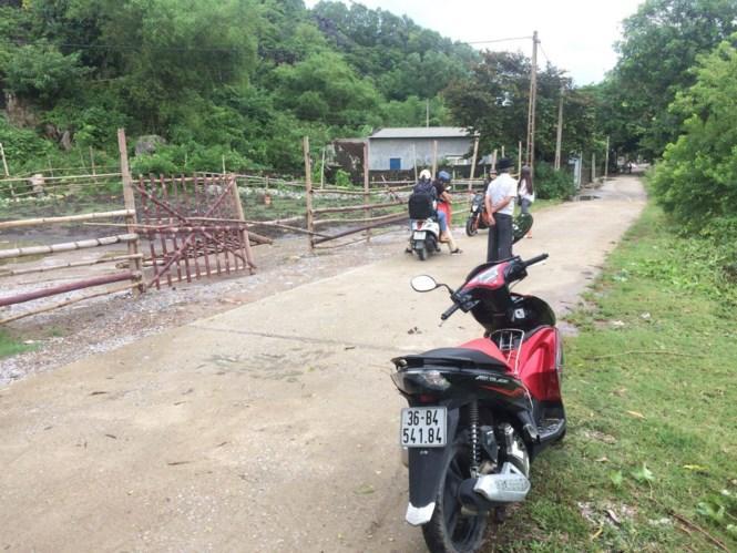 Tường rào ngăn cản không cho du khách vào tham quan động Tiên Sơn