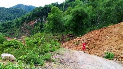 Hàng nghìn m³  đất đả sạt lở xuống lòng đường gây ách tắc.