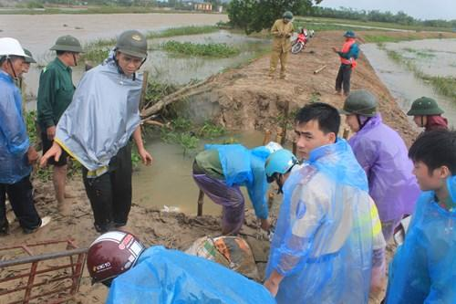 Cán bộ, nhân dân, lực lượng chức năng xã Tế Nông, huyện Nông Cống đang khắc phục sự cố vỡ đê sông Hoàng.