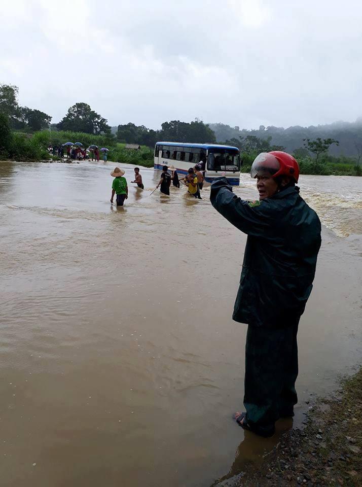 Lực lượng chức năng đã nhanh chóng giải cứu các em học sinh giữa dòng nước lũ