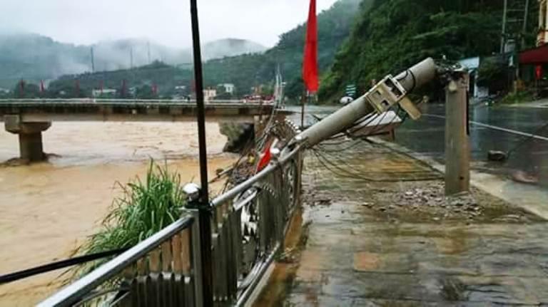 Tại thị trấn Quan Sơn, nước dâng lên cao khiến bờ kè bị sạt lở, gãy cột điện đèn cao áp.