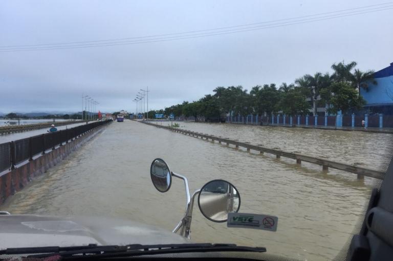 QL1A đoạn qua Hà Trung,Thanh Hóa bị ngập sâu