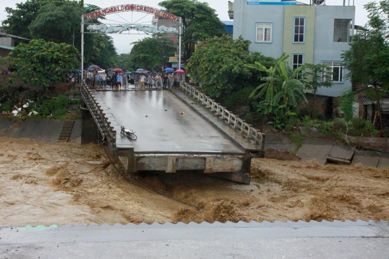 Cầu Thia tại thị xã Nghĩa Lộ (tỉnh Yên Bái) bị nước lũ cuốn trôi. Ảnh: PV