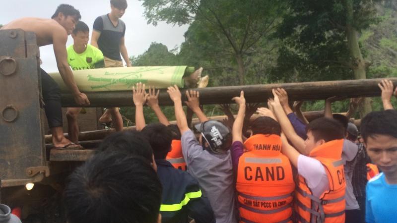 Lực lượng Cảnh sát PCCC Thanh Hóa đưa thi thể nam thanh niên bị lũ cuốn trôi bàn giao cho gia đình