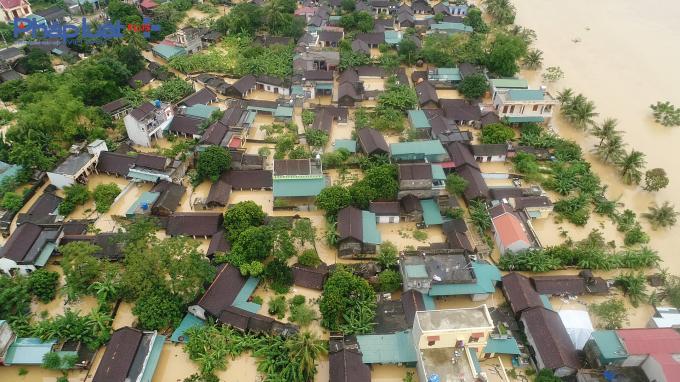 Nhìn từ trên cao bốn bề đều mênh mông nước, nhiều ngôi nhà ngập hết chỉ còn trơ lại nóc nhà.
