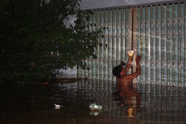 Nước ngập đã quá nửa nhà dân, phải rất khó khăn mới di chuyển được