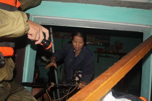 Lực lượng chức năng sơ tán người dân trong đêm