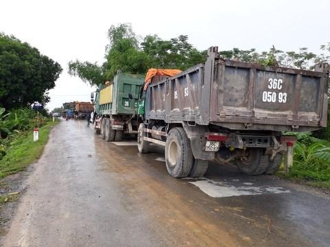 Hàng chục xe đất đá được đưa đến hiện trường.