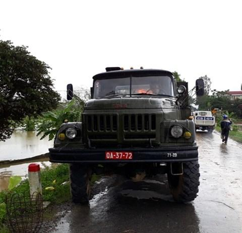 Xe lội nước chuyên dụng của quân đội cũng được điều đến hiện trường.