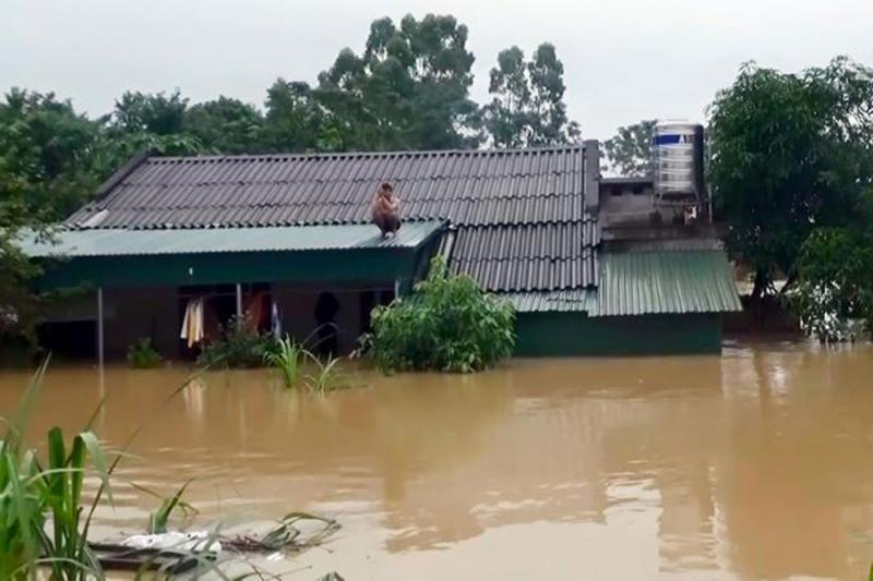Người dân ở Tam Nông (Phú Thọ) bị cô lập bởi nước lũ. Ảnh: P.V