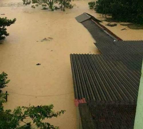 Những ngôi nhà chìm trong biển nước