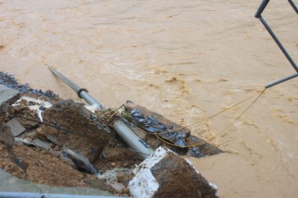Mưa lũ hai ngày qua làm gãy đổ nhiều cột điện ở huyện vùng cao, biên giới Quan Sơn, khiến toàn huyện hiện đang mất điện - Ảnh: Hoàng Lam