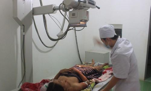 Bệnh nhân Lữ Thị Thuyệt - nạn nhân của mưa lũ đêm 10/10, hiện đang điều trị tại Bệnh viện Đa khoa huyện Quan Sơn - Ảnh: Hoàng Lam